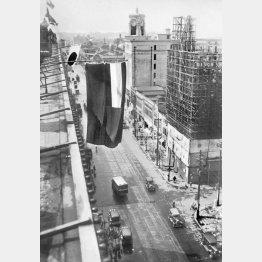 満州国承認を祝い、銀座4丁目に掲げられた日の丸と満州国旗。奥の時計塔は服部時計店=1932年9月15日(日本電報通信社撮影)