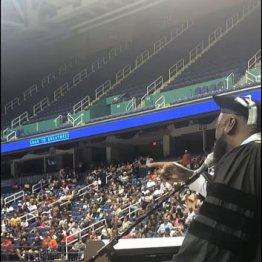 全米で話題!卒業式で男性校長がホイットニーの名曲を熱唱