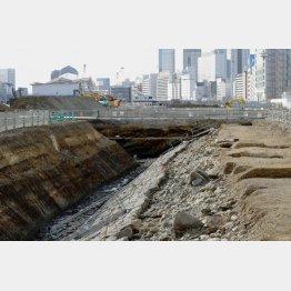 「高輪築堤」の遺構。左奥はJR高輪ゲートウェイ駅(C)共同通信社