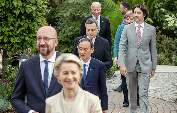 G7に出席した菅首相(央)/(C)ロイター