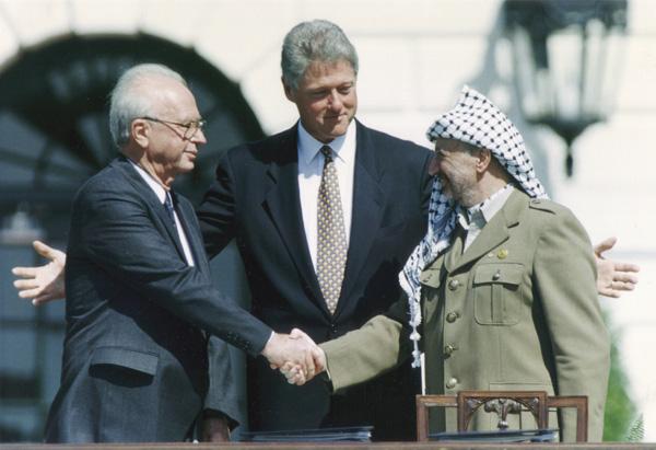 写真③左からラビン、クリントン、アラファト(C)ロイター