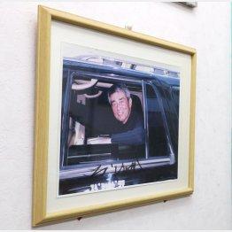 壁には渡哲也の写真(C)日刊ゲンダイ