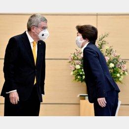 ぼったくり男爵の言いなりで、「NO」と言えない日本(橋本聖子組織委会長=右)/(C)ロイター