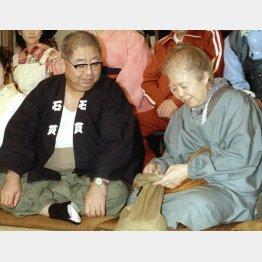 TBSドラマ「寺内貫太郎一家'98秋」制作発表に出席した樹木希林さん(右)と小林亜星さん(C)共同通信社