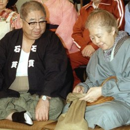TBSドラマ「寺内貫太郎一家'98秋」制作発表に出席した樹木希林さん(右)と小林亜星さん