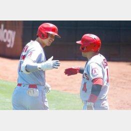 二回、本塁打を放ってイグレシアスとタッチを交わす大谷(C)ロイター/USA TODAY Sports