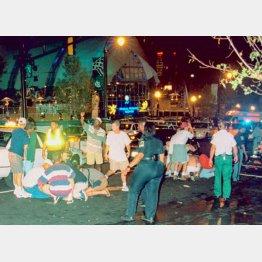 1996年、公園で行われたアトランタ五輪のイベント会場での爆弾テロ。負傷者を手当てする人たち(C)共同通信社