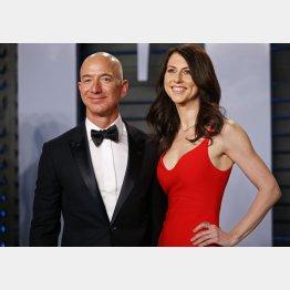 米アマゾン・コム創業者のジェフ・ベゾス氏(左)と元妻で小説家のマッケンジー・スコットさん(C)ロイター
