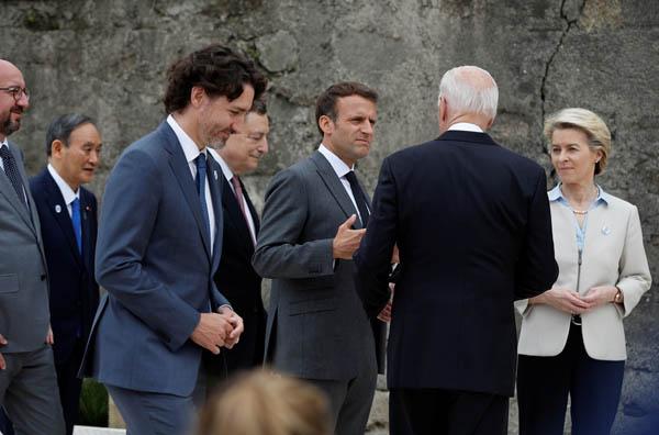 熱心に話し込むバイデン米大統領(右2・後ろ姿)とG7首脳陣ら(C)ロイター