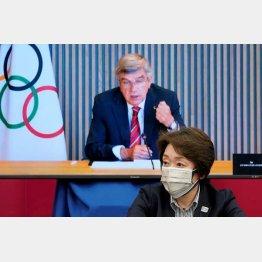 上限1万人では済まない、まだまだ増やす(IOCのバッハ会長と橋本聖子組織委会長)/(C)ロイター