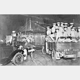 5・15事件に際し、トラックの荷台に乗り警備に出動する憲兵隊員たち=1932年5月15日(日本電報通信社撮影)