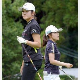 同組でプレーした稲見(左)と古江(C)共同通信社