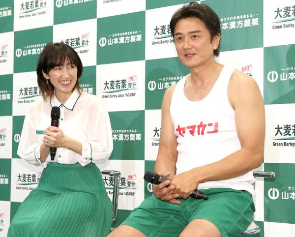 原田龍二(右)と妻の愛さん(C)日刊ゲンダイ