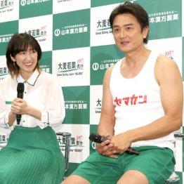 原田龍二(右)と妻の愛さん