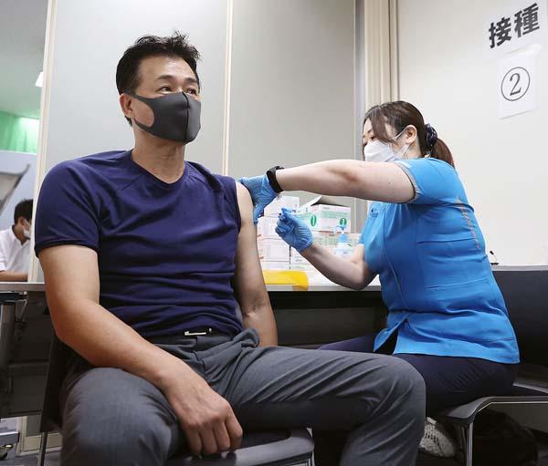 ワクチン接種を受ける中日の与田監督(C)共同通信社