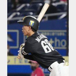 七回ソフトバンク1死一塁、三森が右越えにこの試合3安打目の二塁打(C)共同通信社