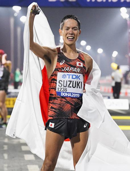 鈴木は過酷なレースで偉業を達成したが (C)共同通信社
