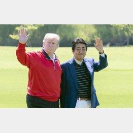 締めて4000万円ナ~リ!(ゴルフ場で手を振る安倍前首相とトランプ前米大統領)/(C)JMPA