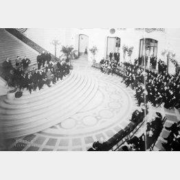 1921年11月、開幕するワシントン会議出席のため、米サンフランシスコに到着、市主催の歓迎式典に臨む日本代表団(左上、=米議会図書館所蔵・共同)