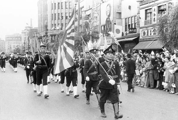 東京・銀座を行進する日本海軍陸戦隊(1941年)/(C)共同通信社