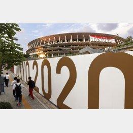 東京五輪開会式、極秘で準備…(「TOKYO2020」の装飾が施された国立競技場)/(C)共同通信社