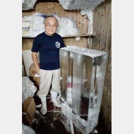 氷は1本135キロもある(2代目・外口文祥さん)(C)日刊ゲンダイ