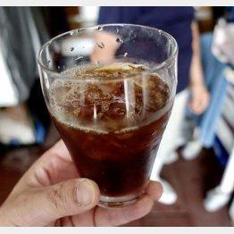 コーヒーをごちそうに。さすが氷屋の氷はうまい!(C)日刊ゲンダイ