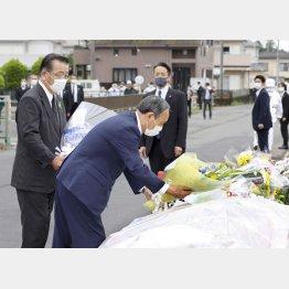 児童5人が死傷した事故現場の献花台に花を手向ける菅首相(手前)。左は千葉県八街市の北村新司市長(代表撮影)