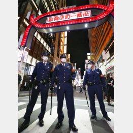 歌舞伎町をパトロールする警察官ら(C)共同通信社