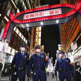 歌舞伎町をパトロールする警察官ら