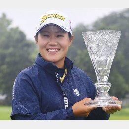 米女子ゴルフのマラソン・クラシックで優勝し、トロフィーを手に笑顔の畑岡奈紗(C)共同通信社