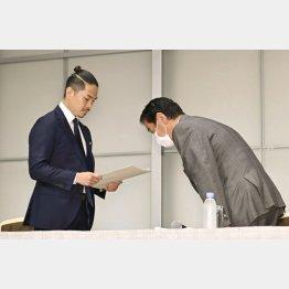 井岡(左)に謝罪文を渡し、頭を下げる永田理事長(C)共同通信社
