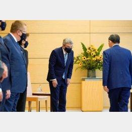 14日に会談した菅首相とIOCのバッハ会長(C)ロイター