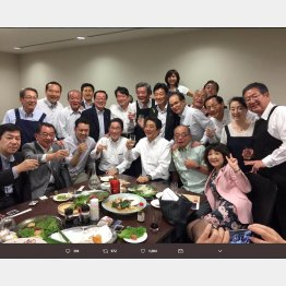 西日本豪雨のなか、「赤坂自民亭」と称する宴会写真をツイッターにアップ(西村康稔大臣本人のツイッターから=2018年)