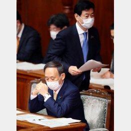 散々便利づかいした揚げ句(菅首相と西村経済再生相)/(C)日刊ゲンダイ