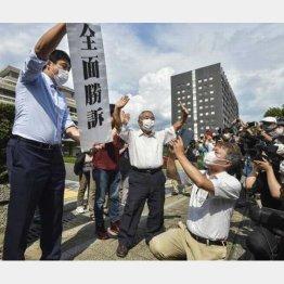 「黒い雨」訴訟の控訴審判決で勝訴し、広島高裁前で喜ぶ原告ら=14日午後(C)共同通信社
