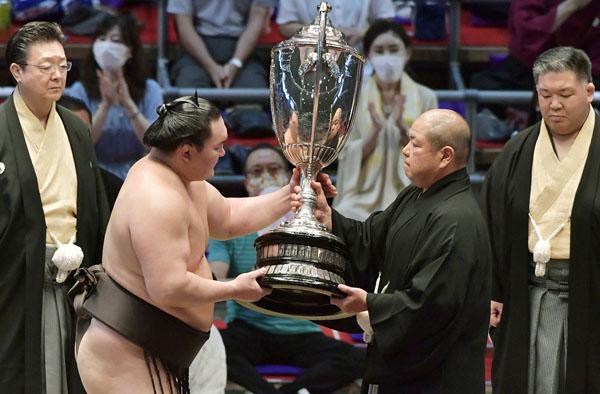 史上最多45回目の優勝だが…(日本相撲協会の八角理事長〈右2〉から賜杯を受け取る白鵬)/(C)共同通信社