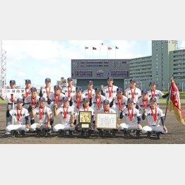 中部商を破り夏の甲子園出場を決め、記念写真に納まる沖縄尚学ナイン(C)共同通信社