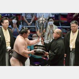 今後もこんなシーンが何度も(日本相撲協会の八角理事長(手前右)から賜杯を受け取る白鵬)/(C)共同通信社