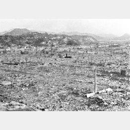 原爆で瞬時に焦土と化し、煙突だけ残った広島市街の一部。中国新聞本社屋上から東南を望む。右下は久保田醤油の煙突。この煙突の先端部分は原爆資料館に保存されている。8月18日に配信され19日の各紙朝刊に大きく掲載された歴史的な写真。撮影は1945年8月10日から17日の間(C)共同通信社