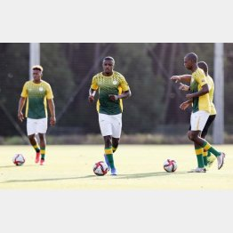 ウオーミングアップする南アフリカのサッカー男子代表の選手たち(C)共同通信社