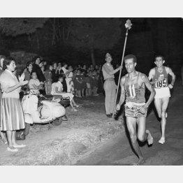 1960年ローマ五輪・男子マラソン、先頭を走るはだしの英雄、アベベ(エチオピア)/(C)ゲッティ=共同