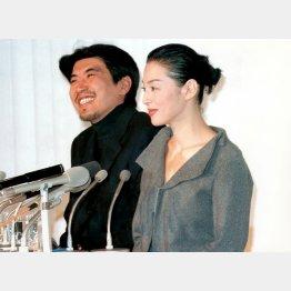 石橋貴明と鈴木保奈美(1998年の結婚会見)/(C)日刊ゲンダイ