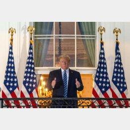 トランプ前米大統領も投与されて無事回復(治療から退院し、ホワイトハウスから親指を立てて見せるトランプ氏=当時)/(C)ロイター