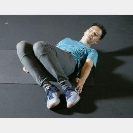 脚が揺れるのはNG(C)日刊ゲンダイ