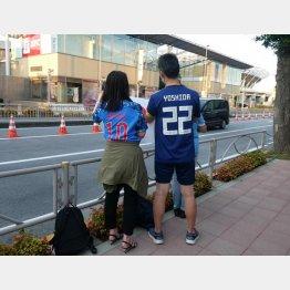 吉田と香川のレプリカユニを着た2人(C)元川悦子