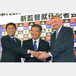 左から反町代表コーチ、川淵JFA会長、オシム代表監督(C)日刊ゲンダイ