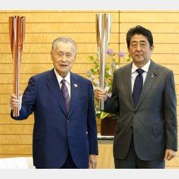 東京五輪のトーチを手に、森喜朗前組織委会長(左)と安倍前首相(C)共同通信社