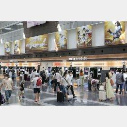 予約がキャンセルを上回った(昨22日、羽田空港)/(C)共同通信社
