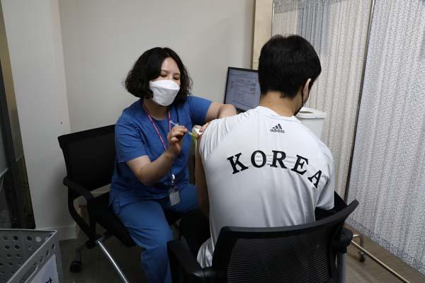 ワクチンを打つ韓国の代表選手(C)ロイター/ゲッティ・イメージズ